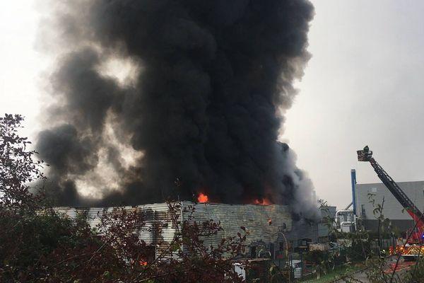 L'usine OscarLab à Bernin (Isère) est en proie à un violent incendie.