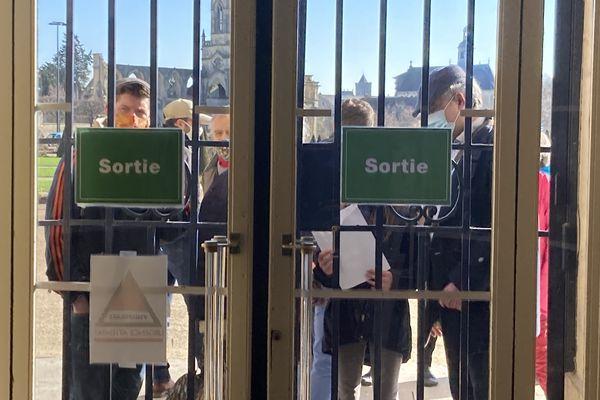 Quelques opposants ont essayé d'entrer dans la mairie.
