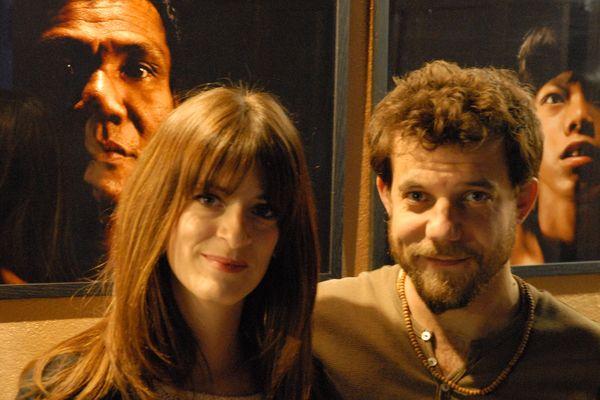 """Emilie Arfeuil et Alexandre Liebert, les réalisateurs du projet """"Scars of Cambodia"""" à l'Embassy, au milieu des photos d'Emilie."""