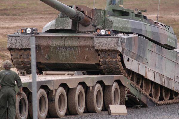Un porte char militaire en opération.