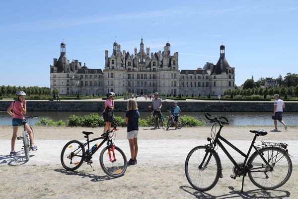 """Dans le """"slow tourisme"""", le vélo est un moyen idéal pour visiter les châteaux de la Loire, comme ici Chambord."""