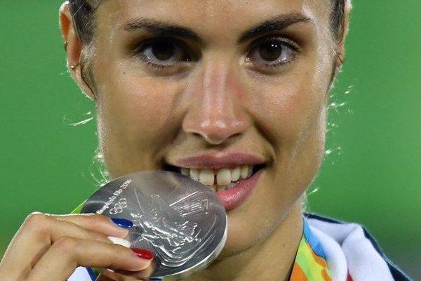 La catalane d'adoption, Elodie Clouvel pose avec sa médaille d'argent décrochée vendredi en pentathlon moderne,  pendant les Jeux Olympiques de Rio 2016