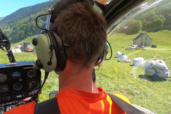 L'héliportage des équipements nécessaires à la vie et au travail de plusieurs mois dans les bergeries.