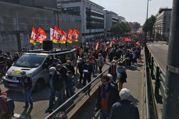 un cortège de plusieurs milliers de personnes défilent à Nantes pour le 1er mai 2021.
