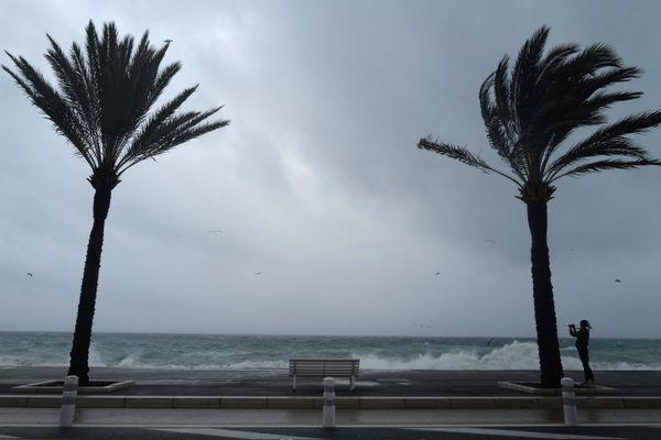 La tempête Alex a touché la promenade des anglais à Nice, le 2 octobre 2020. Selon l'Insee 202 000 habitants de la ville sont potentiellement menacés par un risque d'inondation de leur logement.