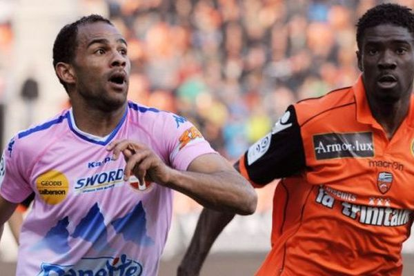 L'ETG FC devrait laisser filer son attaquant vedette, Saber Khlifa ici en lutte avec le Lorientais Bruno Ecuele. Le club haut-savoyard ne le vendra toutefois pas pour moins de six millions d'euros.