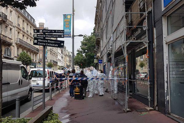 Le corps a été trouvé au niveau du 84 rue Jeanne d'Arc. De nombreux policiers sont sur place.