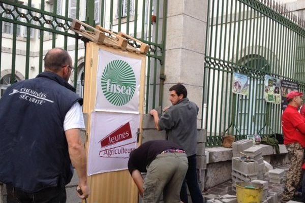 Les jeunes agriculteurs emmurent la préfecture des Hautes-Alpes à Gap pour se faire entendre.