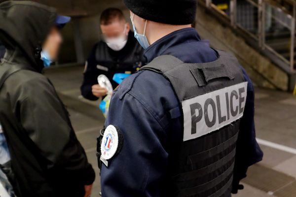 Contrôle de police durant le couvre-feu - illustrations.