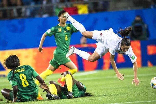 La Canadienne Jessie Fleming en blanc face à la rude défense des Lionnes du Cameroun en vert, pour le premier match de la Coupe du monde féminine de football au stade de la Mosson à Montpellier - 10/06/2019. Le Canada a gagné 1-0.