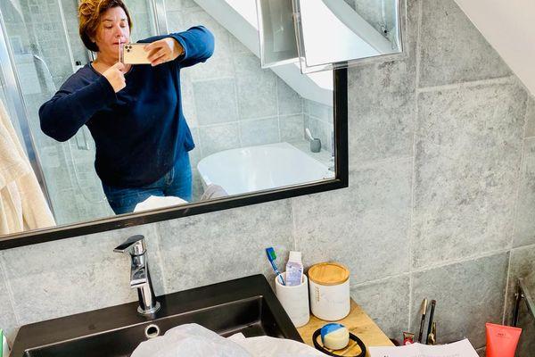 Le plus facile : se positionner devant le miroir pour garder un œil sur ce qu'on fait et voir l'entaille sur l'écouvillon
