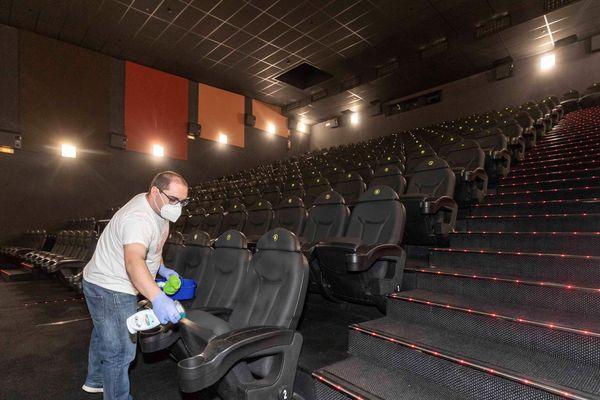 Les cinémas sont autorisés à rouvrir à partir du 22 juin. Distanciation et désinfection des salles sera la règle pour rassurer et attirer le public.