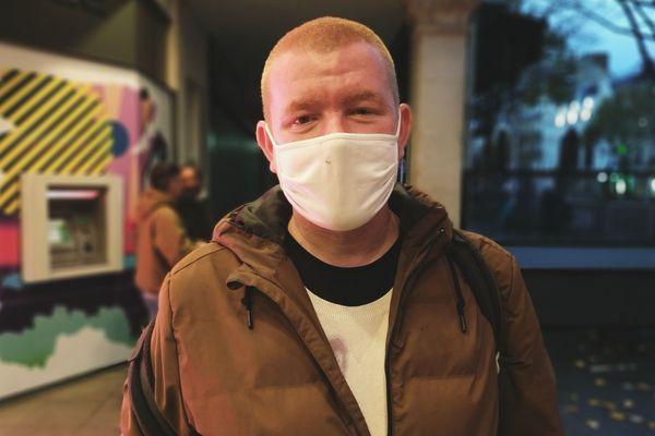Yann, 42 ans, ancien plaquiste de métier, a passé un an à la rue avant de se faire héberger par l'Armée du Salut. Aujourd'hui, il est ouvrier dans une usine agroalimentaire.