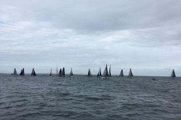 Les bateaux de la Solitaire du Figaro au départ de la deuxième étape en baie de Saint-Brieuc