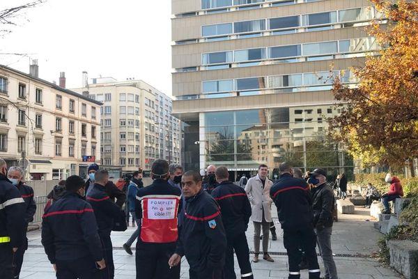Des pompiers rassemblés devant le palais de justice de Lyon en soutien à l'équipage agressé en octobre dernier à Rillieux-la-Pape. 23/11/20