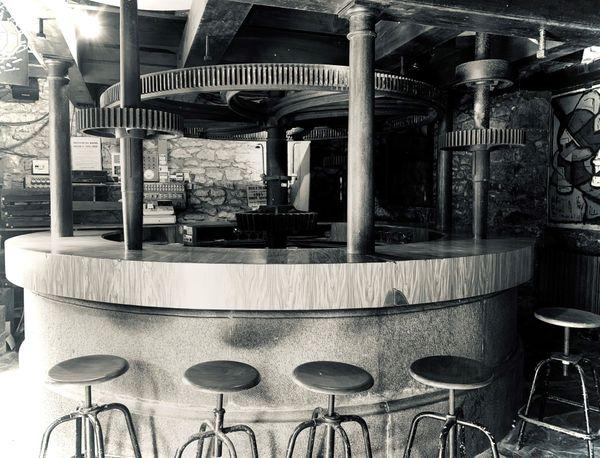 Le bar, légendaire, construit autour de l'engrenage de cet ancien moulin à farine qui a cessé son activité en 1924