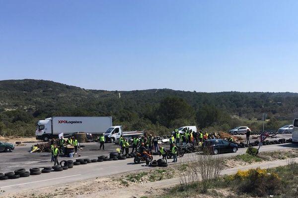 80 gilets jaunes bloquent depuis ce matin le rond-point stratégique de Dions dans le Gard