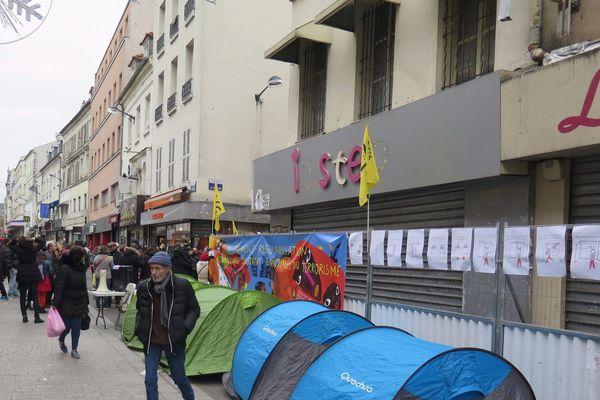 Deux ans après l'assaut du Raid contre les terroristes du 13-Novembre, des habitants de l'immeuble de Saint-Denis - alors dans l'attente d'un relogement - avaient organisé un campement devant le bâtiment.