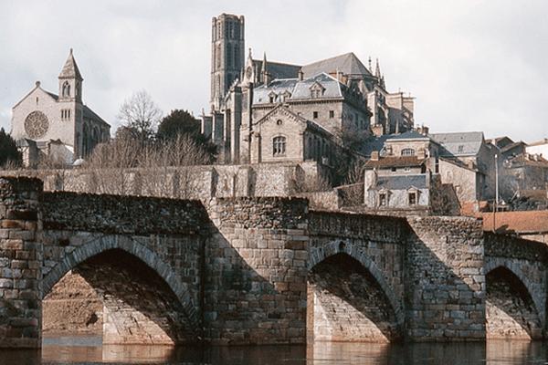 Un moment de recueillement aura lieu à la cathédrale Saint-Etienne de Limoges à 18h30, suivi d'une messe à 19h00.
