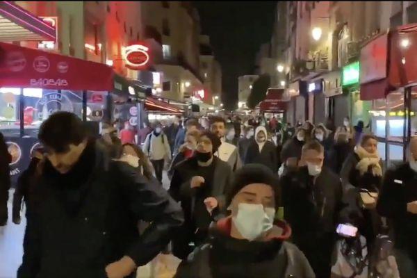 Une centaine de personnes ont défilé dans les rues de Paris pour protester contre le couvre-feu samedi 17 octobre.