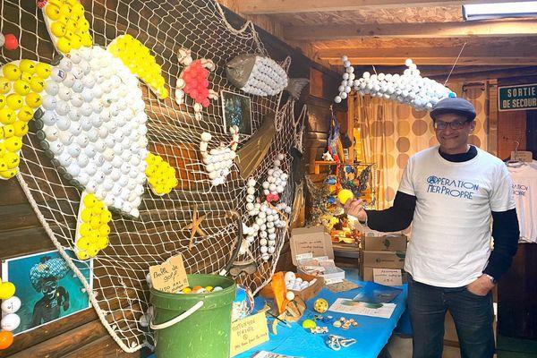 Joko Peltier, co-fondateur de l'association opération mer propre, a crée une exposition sur les déchets ramassés afin de sensibiliser les publics.