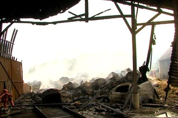 Au totale, c'est près de 200 tonnes de fourrage qui sont parties en fumée dans ce hangar agricole dans la nuit de lundi à mardi.