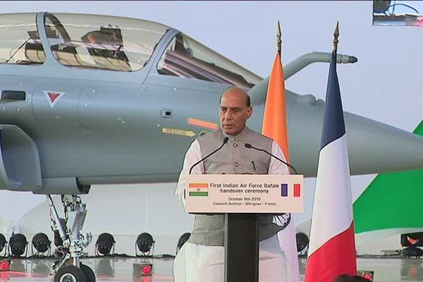 le ministre indien de la Défense Rajnat Singh devant le premier Rafale livré chez Dassault Aviation à Mérignac