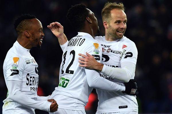 Lebogang Phiri, Yeni Ngbakoto et Etienne Didot après leur victoire en quart de finale contre le PSG