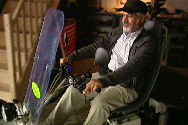 Le cheik Hamad Ben Al Nayan teste un quadricycle électrique primé au concours Lépine.