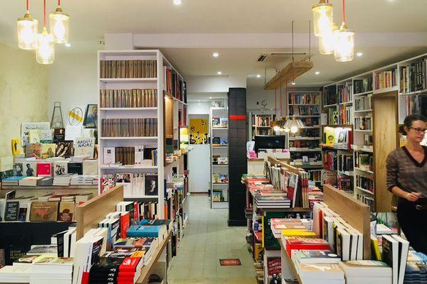 Les Grandes Largeurs est une librairie indépendante et généraliste à Arles.