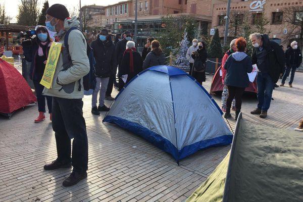 Camping sauvage et tentes installées  à Albi pour alerter sur la situation des jeunes migrants dans le Tarn