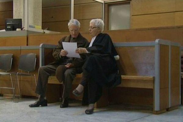 Le retraité de 83 ans qui a aidé son épouse à mourir, et son avocat, au premier jour du procès à Draguignan.