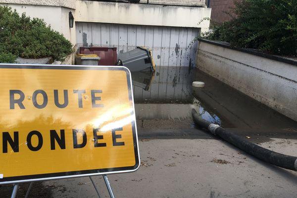 Des caves et garages ont été inondés, et des routes bloquées.