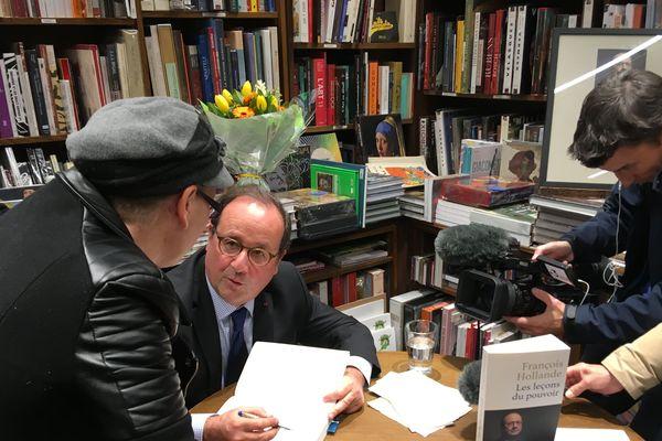 le succès littéraire et populaire de François Hollande ne se dément pas à Nantes
