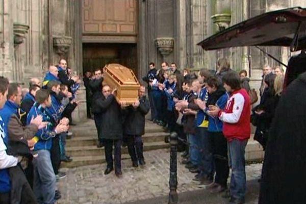 Les obsèques d'Arnaud.  Ses copains du handball lui font une haie d'honneur et l'applaudissent.
