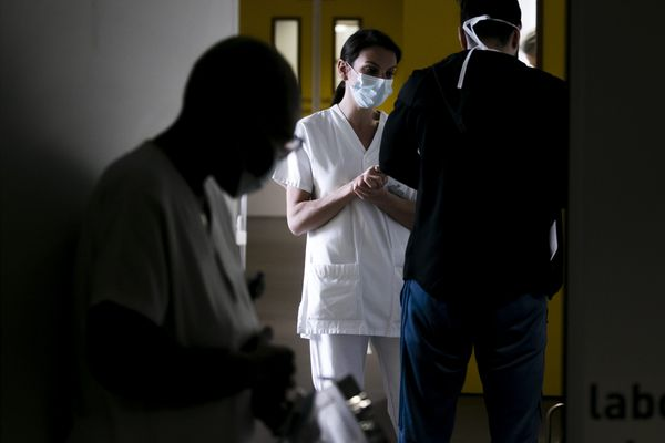 Des soignants du Centre hospitalier métropole Savoie accueillant un patient au sein de l'aile dédiée au Covid-19, le 10 avril 2020.