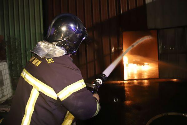 L'incendie a totalement ravagé un entrepôt de 5.000 mètres carrés