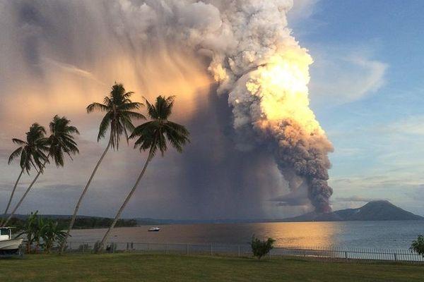 Le mont Tavurvur en éruption, en Papouasie-Nouvelle-Guinée, le 29 août 2014.