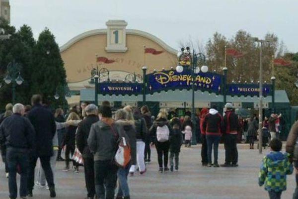 Devant le parc d'attractions Disneyland Paris, à Marne-la-Vallée.