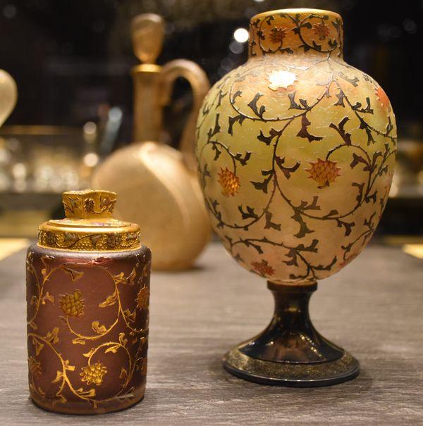 Flacon à sels (1896-1898) et vase (1892) à décors de chardons. Verre soufflé-moulé, gravé à l'acide, peint à l'émail, rehaussé d'or. Atelier Daum.
