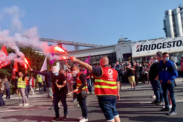 Des salariés de Bridgestone devant l'usine de Béthune, après l'annonce de la fermeture le 17 septembre.
