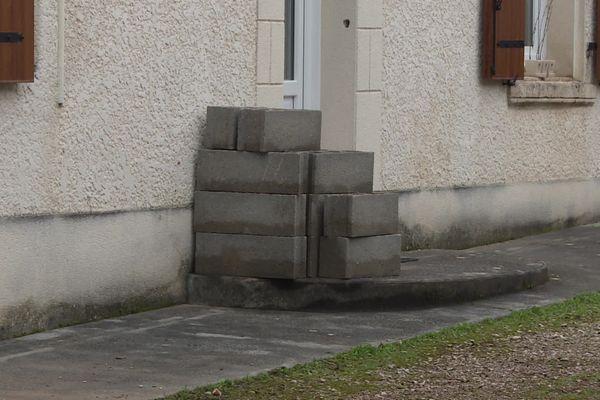Les parpaings sont encore devant les maisons au Gond-Pontouvre