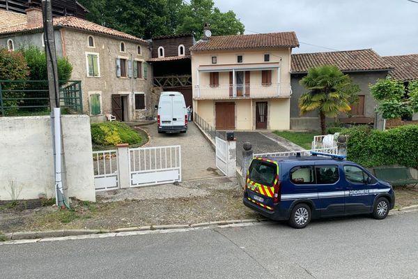 Saint-Michel (Haute-Garonne) - un homme de 42 ans abattu en pleine rue, près de l'église. La gendarmerie et les équipes scientifiques et techniques enquêtent chez lui - 2021.