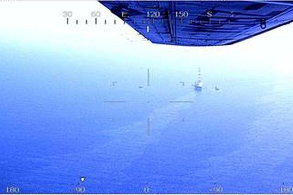 Un vol de surveillance maritime réalisé par un avion des Douanes à 14h ce 14 juin, confirme la détection satellitaire d'une pollution maritime par résidus huileux dans la zone de chantier du parc éolien en baie de Saint-Brieuc, suite à une fuite d'huile signalée par le navire d'installation offshore Aeolus.