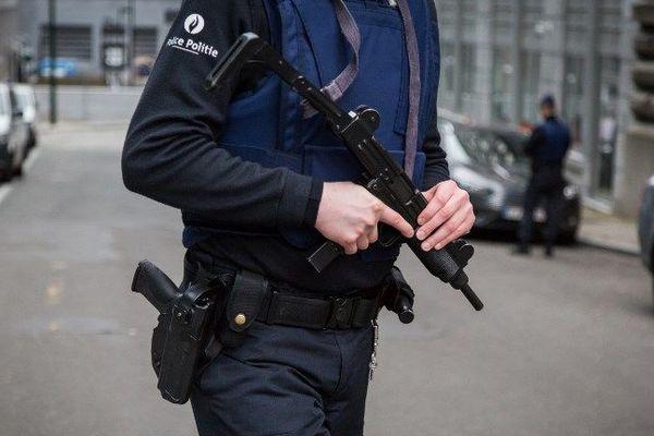 Un policier belge patrouille devant le siège de la police fédérale à Bruxelles, le 19 mars 2016, au lendemain de l'arrestation de Salah Abdelsam, suspect clé des attentats du 13 novembre 2015.