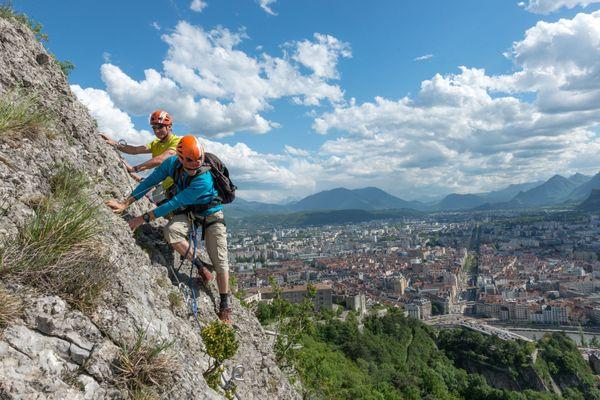"""A 390 mètres d'altitude au-dessus de Grenoble, la Via Ferrata n'en reste pas moins un itinéraire de montagne, répertorié  """" assez difficile à difficile +""""."""