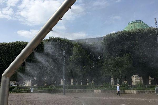 Les brumisateurs installés place de la République.
