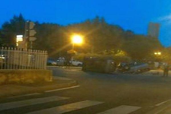 Roquemaure (Gard) - 21h, samedi soir, 2 voitures vandalisées sur la place principale de la ville par une bande de 40 jeunes - 26 juillet 2014.