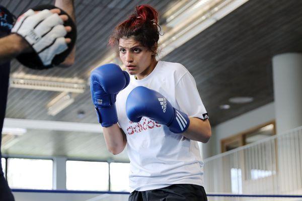 En avril 2019, Sadaf Khadem devenait la première Iranienne à disputer un combat officiel de boxe à Royan, en Charente-Maritime. Aujourd'hui, elle exerce toujours son sport en France, interdit pour les femmes dans son pays.