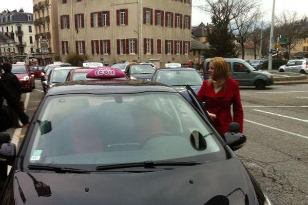 Le départ du cortège de 70 voitures d'auto-école est parti vers 13h00 en direction de la préfecture de la Savoie